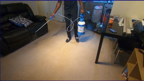 Cleaner pre-spraying the carpet. No harsch chemicals are used
